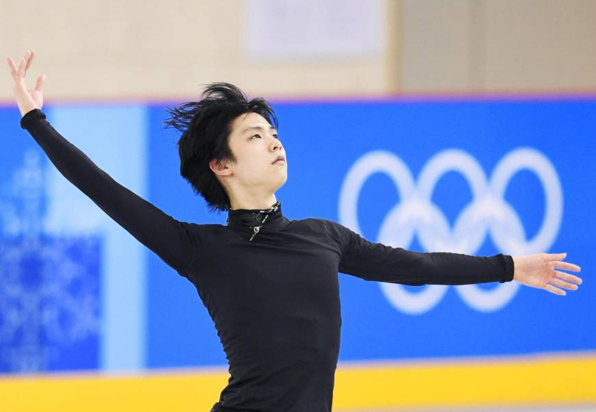Yuzuru Hanyu works out on the practice rink at Gangneung Ice Arena on Wednesday.