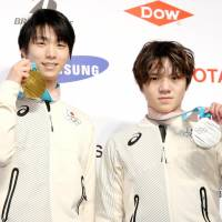 Men's figure skating gold medalist Yuzuru Hanyu (left) and silver medalist Shoma Uno pose for photos during a news conference on Sunday in Pyeongchang, South Korea. | KYODO