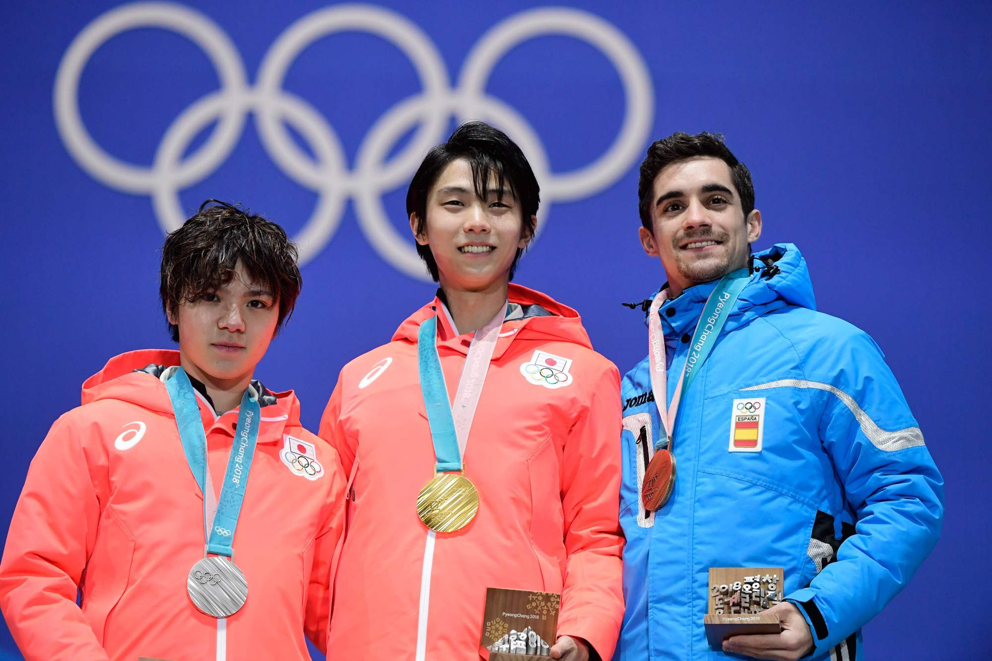 Men's figure skating gold medalist Yuzuru Hanyu (center) stands with silver medalist Shoma Uno (left) and bronze medalist Javier Fernandez during the medal ceremony on Saturday in Pyeongchang, South Korea. | AFP-JIJI