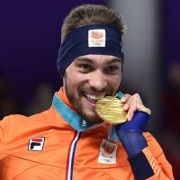 Men's 1,000-meter champion Kjeld Nuis celebrates on the podium following Friday's race in Gangneung, South Korea. | AFP-JIJI