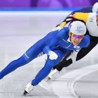 Lee Seung-Hoon sets the pace en route to a gold medal in the men's mass start final.   AFP-JIJI