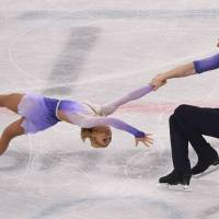 German pair Aljona Savchenko (left) and Bruno Massot perform their free program on Thursday  in Gangneung, South Korea. | AFP-JIJI