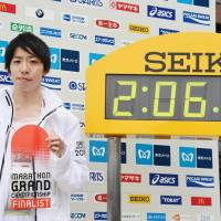 Tokyo Marathon runneru-up Yuta Shitara sets a Japanese record for a marathon, completing Sunday's race in 2 hours, 6 minutes and 11 seconds. | KYODO