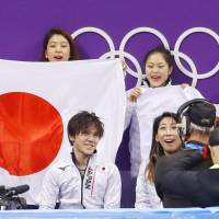 Shoma Uno (front, left) waits for his scores with teammates Kana Muramoto (rear, left) Satoko Miyahara (rear, center) and Chris Reed (rear, right) after his short program. | KYODO