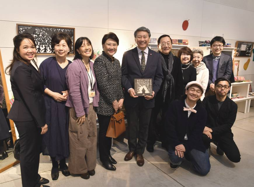 Nonprofit organization Ban Rom Sai Japan representative Miho Natori (third from left) poses for a photo with Thai Ambassador Bansarn Bunnag (center) and his wife, Yupadee (fourth from left), at a reception at Ginza Itoya on Feb. 3. Crouching at the front of the photo are shadow puppet artist Koheisai Kawamura (front left) and curator Takenori Miyamoto (front right).