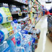A woman pushes her shopping cart down the bottled water aisle at a supermarket in Los Angeles Thursday. The world's leading brands of bottled water are contaminated with tiny plastic particles that are likely seeping in during the packaging process, according to a major study across nine countries. Plastic was identified in 93 percent of the samples, which included major name brands such as Aqua, Aquafina, Dasani, Evian, Nestle Pure Life and San Pellegrino.   AFP-JIJI