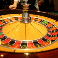 Komeito favors ¥8,000 admission fee for casinos to match Singapore