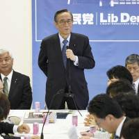 Hiroyuki Hosoda, who heads the Liberal Democratic Party's panel for discussing constitutional amendments, speaks at a meeting on Thursday at the party's headquarters in Tokyo. | KYODO