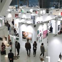 Work your way through a visual maze: Art Fair Tokyo offers visitors a chance to purchase many forms of art, or just take a look and see what's currently in vogue. | ART FAIR TOKYO 2017, PHOTO BY YE XIU