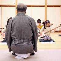 Shamisen master Kineie Yashichi VI oversees a class at the Kineie school near Ebisu. | KIT NAGAMURA