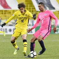Kashiwa's Junya Ito (left) controls the ball during Tuesday night's match against Kitchee at Hitachi Stadium. Ito scored the only goal as Reysol earned their Asian Champions League victory of the year. | KYODO