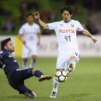 Frontale's Akihiro Ienaga  (right) moves with the ball during Tuesday's Asian Champions League match against host Melbourne Victory. Frontale lost 1-0 in the Group F first-leg match. | KYODO
