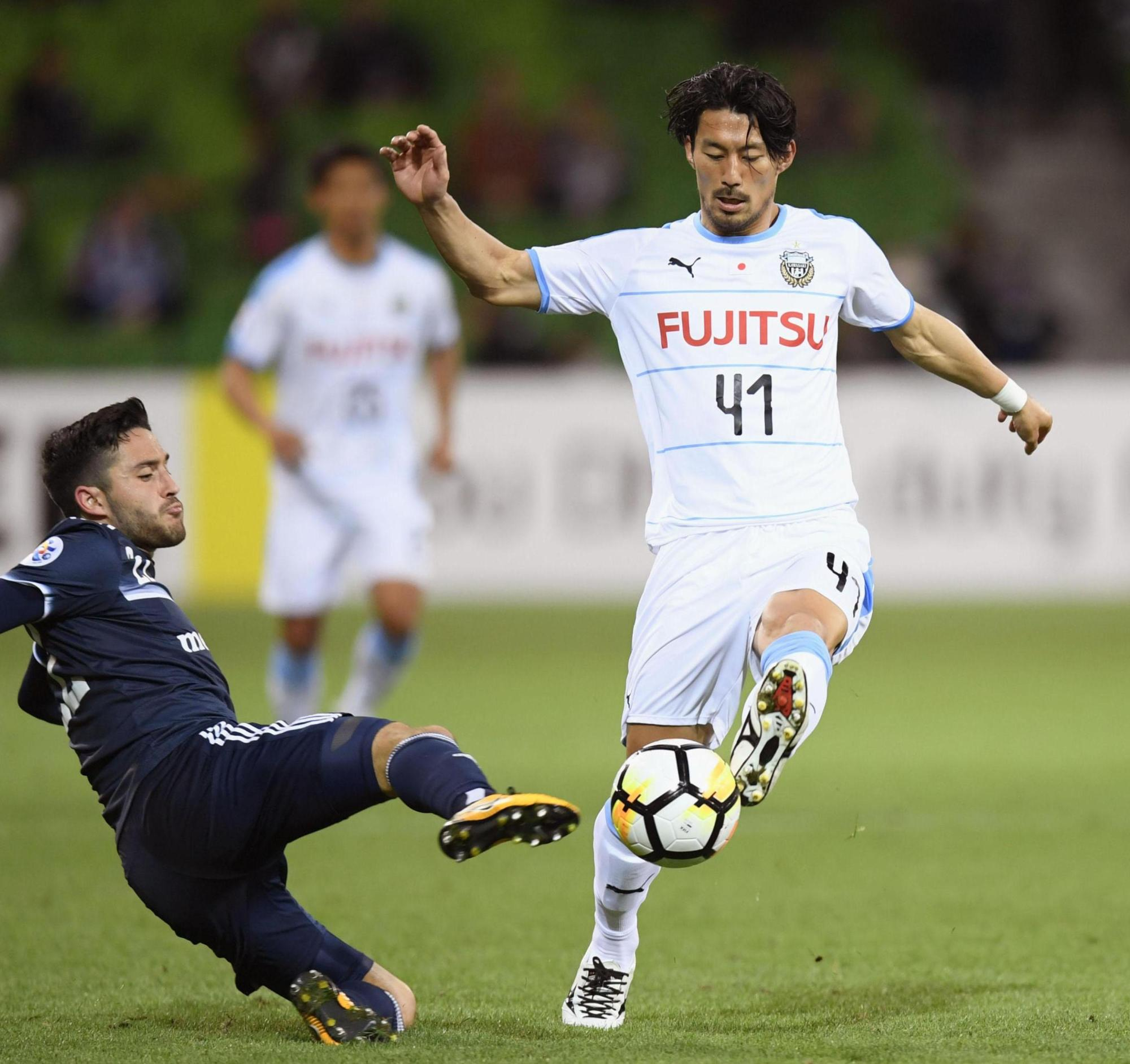 Frontale's Akihiro Ienaga  (right) moves with the ball during Tuesday's Asian Champions League match against host Melbourne Victory. Frontale lost 1-0 in the Group F first-leg match.   KYODO