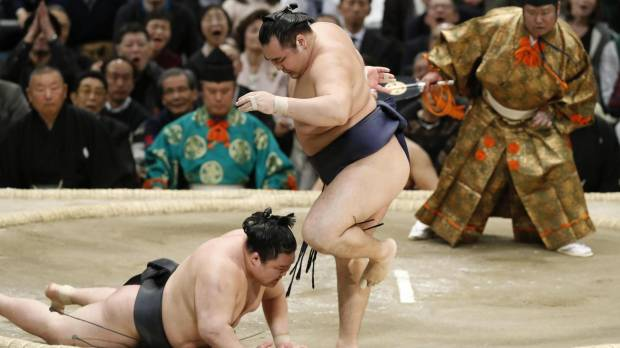 Kakuryu clinches fourth career title by manhandling Goeido on the penultimate day
