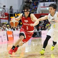 Alvark guard Seiya Ando dribbles the ball in the fourth quarter on Sunday against the Sunrockers at Arena Tachikawa Tachihi. Ando scored a team-high 17 points in Tokyo's 75-67 win over Shibuya. | B. LEAGUE