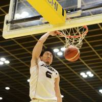 Mikawa's Makoto Hiejima scored a game-high 26 points, including this dunk, against Shibuya on Sunday at Aoyama Gakuin University Memorial Hall. The SeaHorses beat the Sunrockers 81-77. | B. LEAGUE