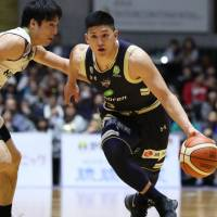 The Kings' Shota Tsuyama dribbles the ball in second-quarter action on Friday. | B. LEAGUE