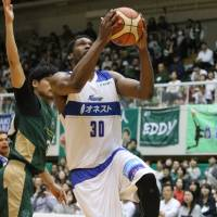 Shimane's Gyno Pomare looks to score in the third quarter against Nishinomiya. Pomare finished with 21 points. | B. LEAGUE