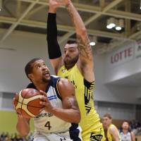 Tochigi's Jeff Gibbs prepares to shoot the ball as Shibuya's Josh Harrellson defends in first-quarter action on Friday night at Sumida City Gymnasium. The Brex defeated the Sunrockers 87-64. | B. LEAGUE