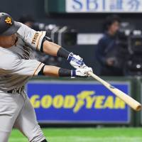 Outfielder Alex Guerrero hit five home runs for the Giants in his first 10 games  of the spring in preparation for his first year with the team. | KYODO