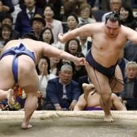 Kakuryu survives mighty scare to keep Spring Basho tied at top