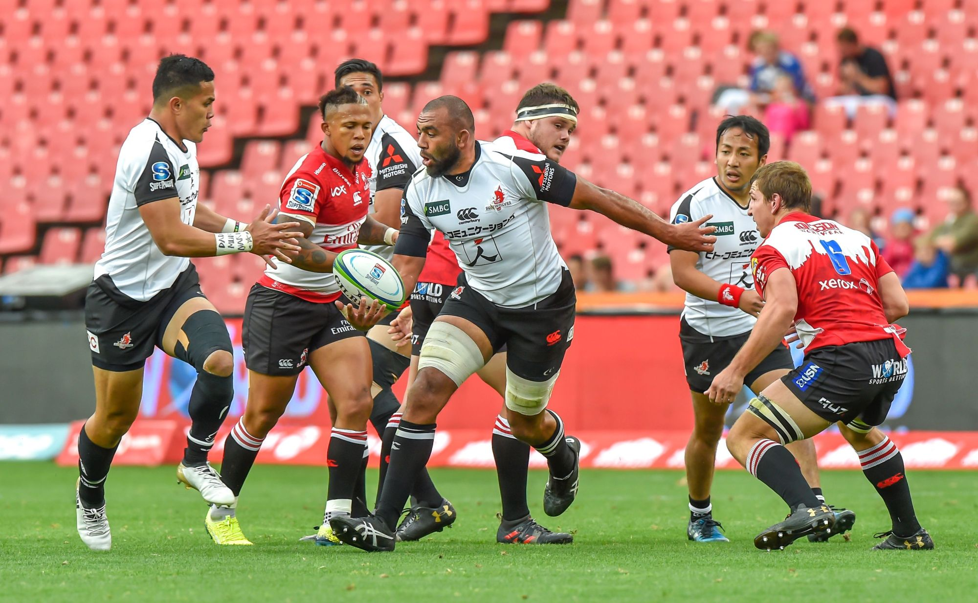 The Sunwolves' Michael Leitch (center) prepares to get the ball to Hosea Saumaki (left) during their match against the Lions in Johannesburg on Saturday. The Lions won 40-38. | AFP-JIJI
