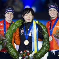 Gold medalist Miho Takagi (center) poses with silver medalist Ireen Wust (left) and bronze medalist Annouk van der Weijden, both of the Netherlands, after the ISU World Allround Speedskating Championships on Saturday in Amsterdam. | AFP-JIJI