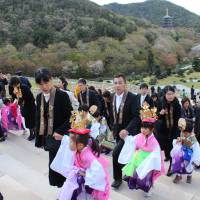 Children and their parents march together in this year's Chigo Oneri Kuyo procession. | MASAAKI KAMEDA