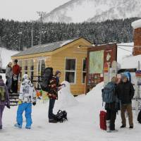Attracted by high-quality powder snow, many foreign skiers and snowboarders visit resorts in Kutchan.