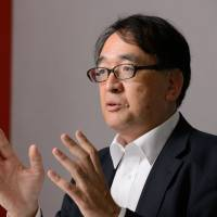Former BOJ board member Takahide Kiuchi says the central bank will likely find it easier to make its inflation target less binding if recent scandals lead to Prime Minister Shinzo Abe's resignation. | BLOOMBERG