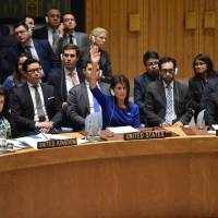 British Ambassador to the U.N. Karen Pierce (left) and U.S. Ambass.ador to the U.N. Nikki Haley (center) vote during a U.N Security Council meeting, at the United Nations Headquarters in New York, Saturday. | AFP-JIJI
