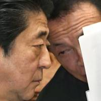 Finance Minister Taro Aso speaks to Prime Minister Shinzo Abe on March 26 at an Upper House Budget Committee session. Assemblies across Japan are adopting resolutions criticizing Abe for failing to clarify why the Finance Ministry tampered with official documents on the Moritomo Gakuen scandal.   KYODO