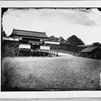 The Otemon gate of Edo Castle is seen from outside the fort in 1871 in this photo taken by Yokoyama Matsusaburo. | COURTESY OF EDO-TOKYO MUSEUM