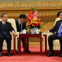 Yohei Kono (left), head of the Japanese Association for the Promotion of International Trade, speaks with Chinese Premier Li Keqiang at the Great Hall of People in Beijing on Monday. | REUTERS