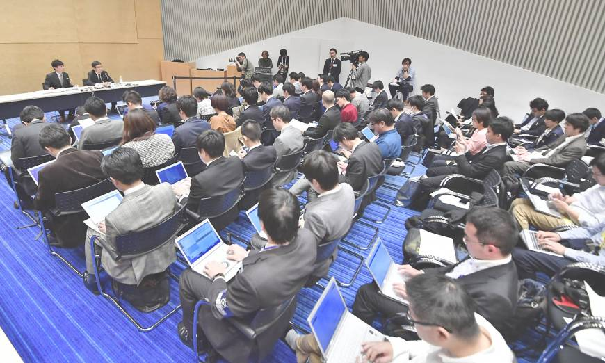 TV Asahi officials reveal that allegations of sexual harassment leveled at the Finance Ministry's top bureaucrat, Junichi Fukuda, came from one of its employees, at a news conference Thursday in Tokyo.