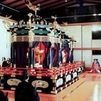 Emperor Akihito makes a speech on the Takamikura canopied throne during his accession ceremony at the Imperial Palace in November 1990. The Imperial Household Agency plans to transport the throne from Kyoto to Tokyo for repairs around August. | KYODO