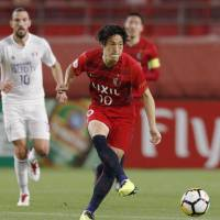 Mu Kanazaki of the Kashima Antlers passes the ball during Tuesday's Asian Champions League Group H match against the Suwon Bluewings at Kashima Stadium. The Antlers lost 1-0. | KYODO