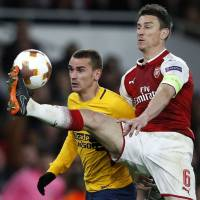 10-man Atletico Madrid earns draw with Arsenal in first leg of Europa League semis