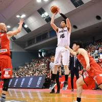 SeaHorses shooting guard Keijuro Matsui attempts a 3-pointer in the second quarter against the Jets on Sunday at Funabashi Arena. Matsui scored 10 points in Mikawa's 102-84 victory over Chiba.   B. LEAGUE