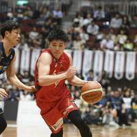 Diamond Dolphins guard Shuto Ando drives to the basket in the third quarter of Friday's game against the B-Corsairs at Yokohama Cultural Gymnasium. Nagoya defeated Yokohama 77-71. | B. LEAGUE