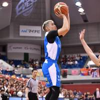 Shiga's Narito Namizato shoots a jumper in the third quarter against host Osaka. Namizato had 23 points and 10 assists in the Lakestars' 88-81 win over the Evessa. | B. LEAGUE