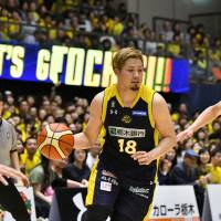 Tochigi Brex guard Seiji Ikaruga directs the offense during Sunday's game against the Sunrockers Shibuya at Brex Arena Utsunomiya. Ikaruga contributed seven points and three assists in Tochigi's 75-61 victory over Shibuya.   B. LEAGUE