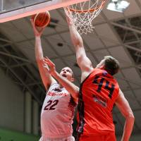 Brave Thunders star Nick Fazekas puts up a shot as NeoPhoenix big man Scott Morrison defends in first-quarter action on Saturday. Fazekas led all players with 21 points and 15 rebounds. | B. LEAGUE