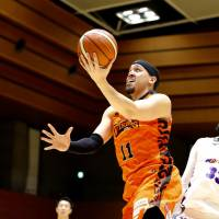 Ehime's Chehales Tapscott shoots a layup in first-quarter action against visiting Aomori on Friday night. Tapscott had a game-high 50 points in the Orange Vikings' 121-110 win over the Wat's. | B. LEAGUE