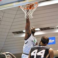 Golden Kings center Hilton Armstrong dunks against the SeaHorses in second-quarter action on Saturday. | B. LEAGUE