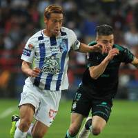 Keisuke Honda dribbles the ball during Pachuca's Mexican league game against Santos Laguna on Saturday. | AFP-JIJI