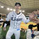 Seibu right fielder Shuta Tonosaki, seen greeting fans at MetLife Dome, made a big impact on offense and defense against Chiba Lotte on Friday night. The Lions beat the Marines 9-8.
