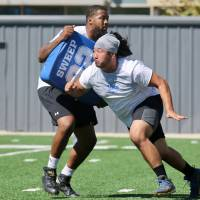 Japanese center Gyo Shojima, who played for UCLA the past two seasons, works out with a teammate during the school's pro day in Los Angeles last month. Shojima is hopeful of catching on with an NFL team this offseason. | KAZ NAGATSUKA