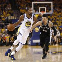 Warriors cruise past Spurs in opener