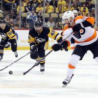 Flyers even series with Penguins